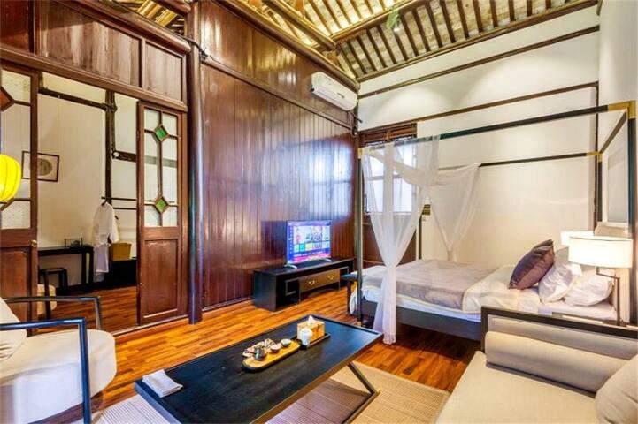 市中心一座中式文化与现代完美结合的百年老宅日式枯山水庭院二楼阳光豪华双人大床套间大套浴室观景大阳台