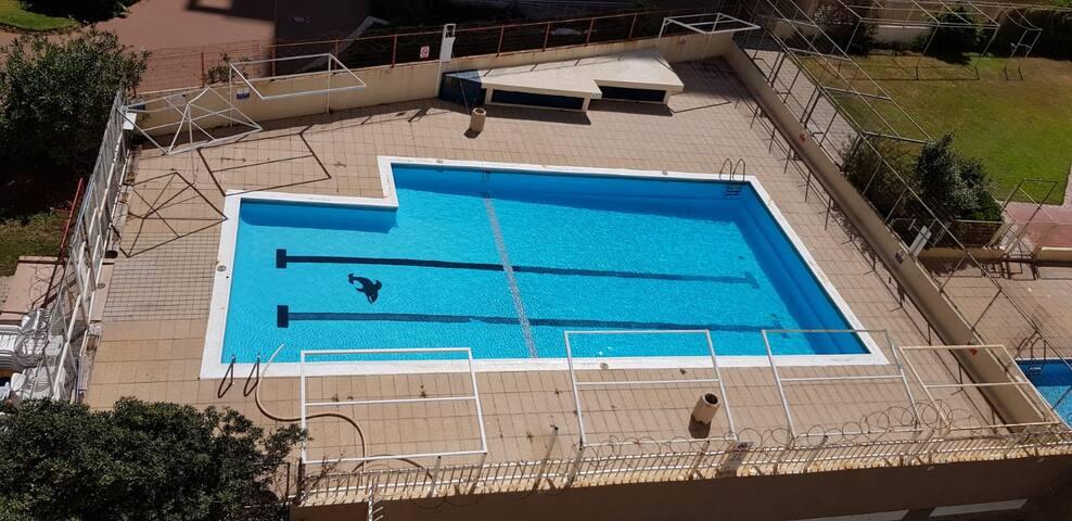 Центр Нетании, вид на море, бассейн, парковка.