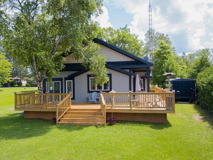 Beautiful 4 Bedroom Waterfront Cottage
