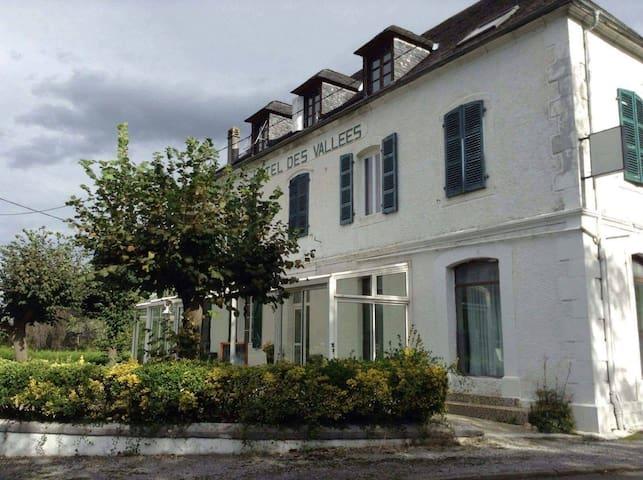 Lugar asosiativo y magico, venir a descubrirlo! - Lurbe-Saint-Christau - Huis