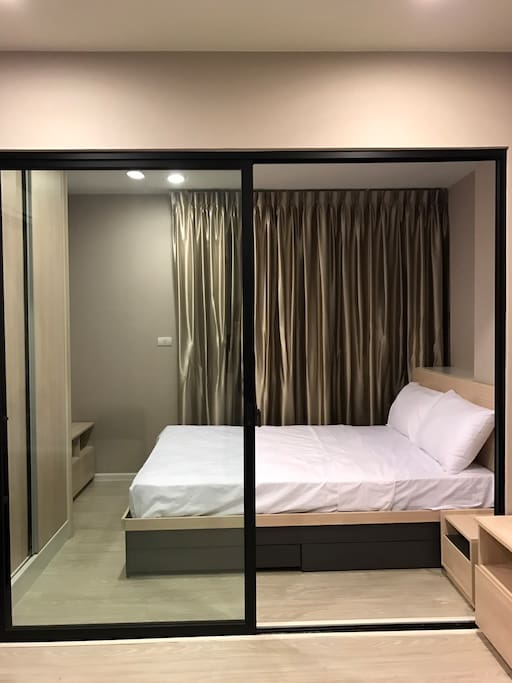 1 Master bed room separate by glass, 1 queen sizes bed with 2 pillows + closet