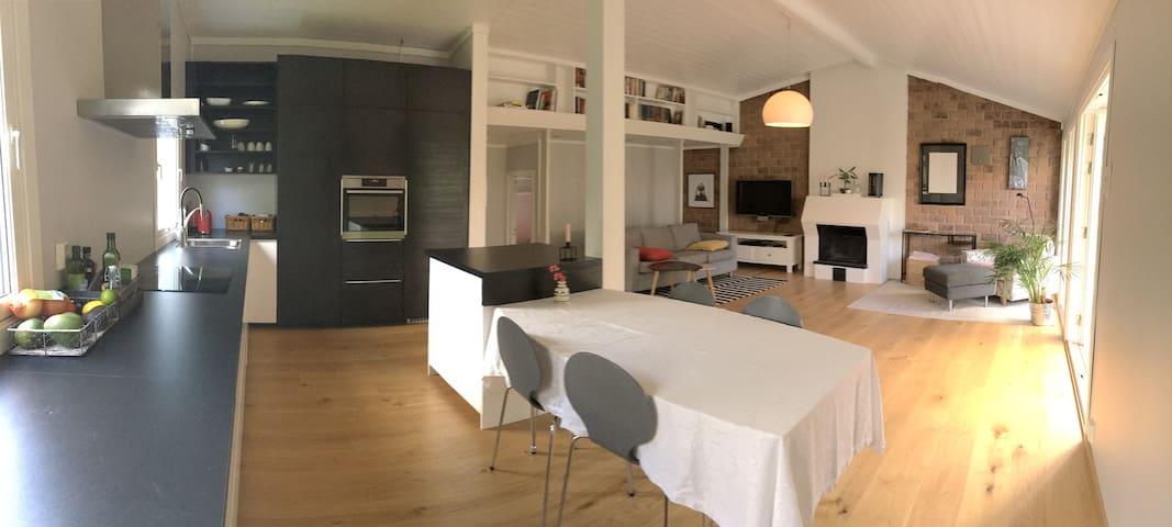 Hus med grønn og usjenert hage - Bærum - Hus