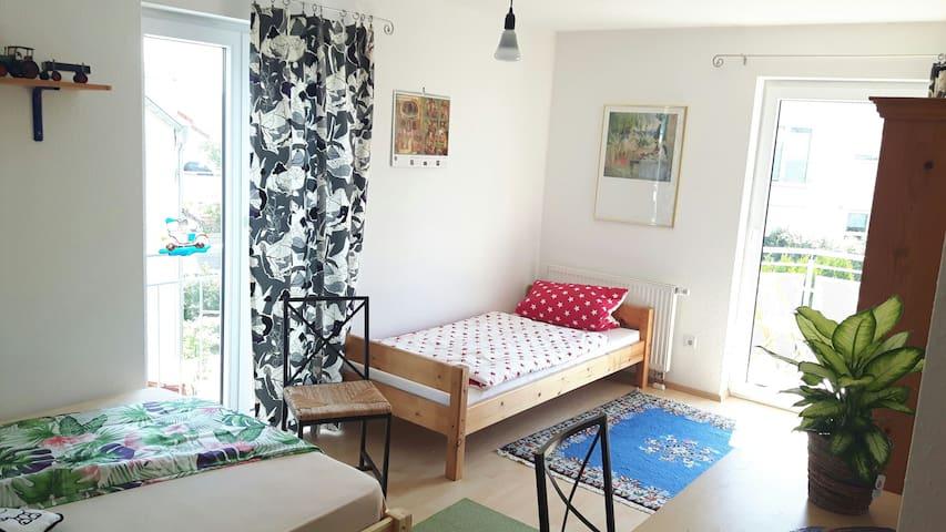 Helles Zimmer mit Burgblick