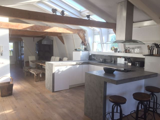 Modern Get Away w/ Roof Terrace || IN CITY CENTRE!