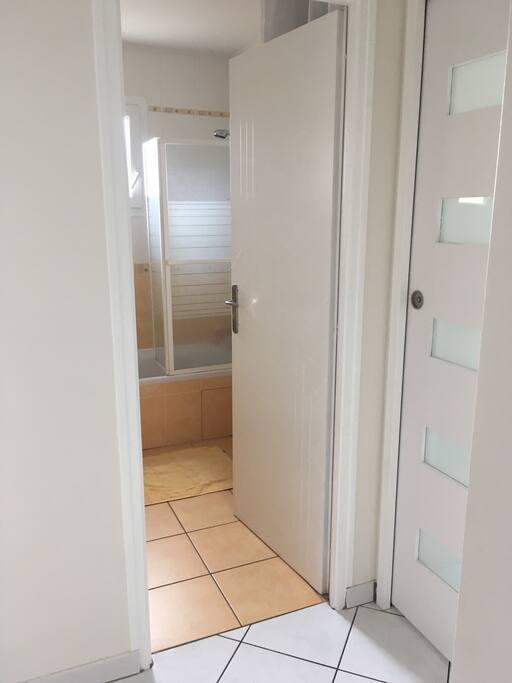 Espace salle de bain et porte qui sépare de notre espace personnel