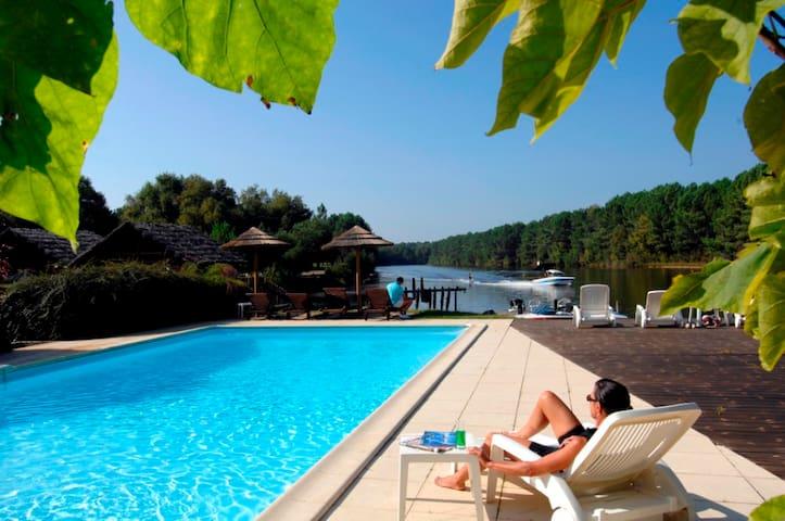 Chambre privée entre lac et pins, accès piscine