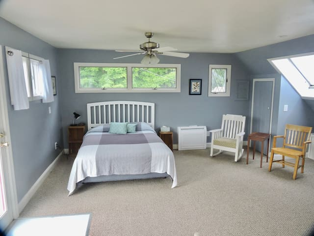 Private and airy studio apartment off I-93 exit 28
