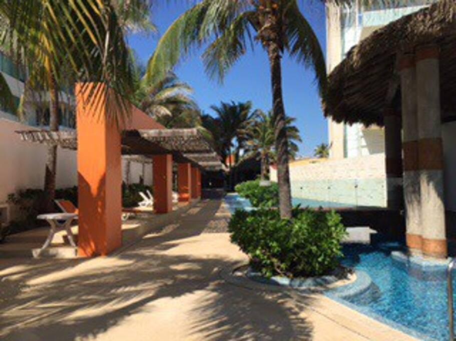 Club de playa con servicio de bar, alberca, jacuzzi, toldos, palapas y camastros