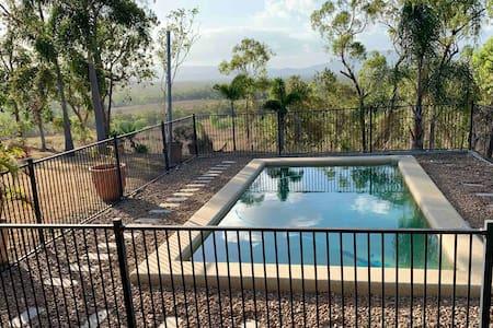 Wallaman Falls Country Retreat with Mountain View