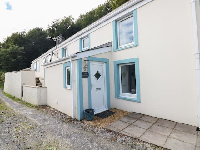 ELM COTTAGE, pet friendly, with a garden in Pendine, Ref 987447