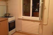 окна из кухни и спальни выходят на большей балкон с видом на город