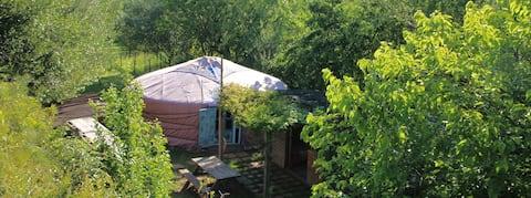 Preciosa yurta al peu de les Gavarres.