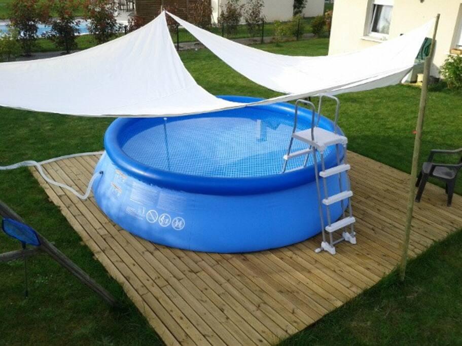 La piscine mesure 4.6 mètres de diamètre