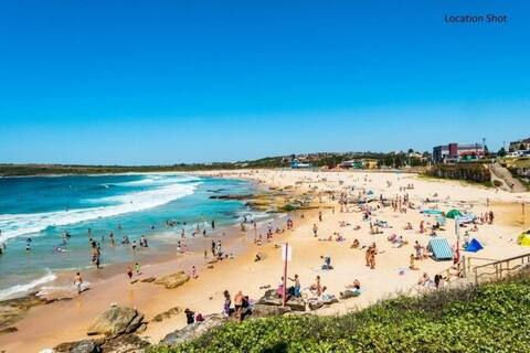 Relaxed flat footsteps to the sunshine beach life!
