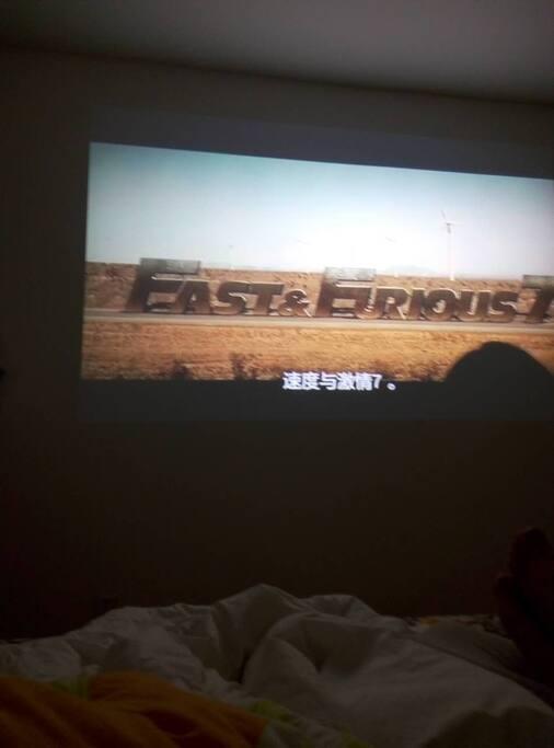 躺在床上看电影