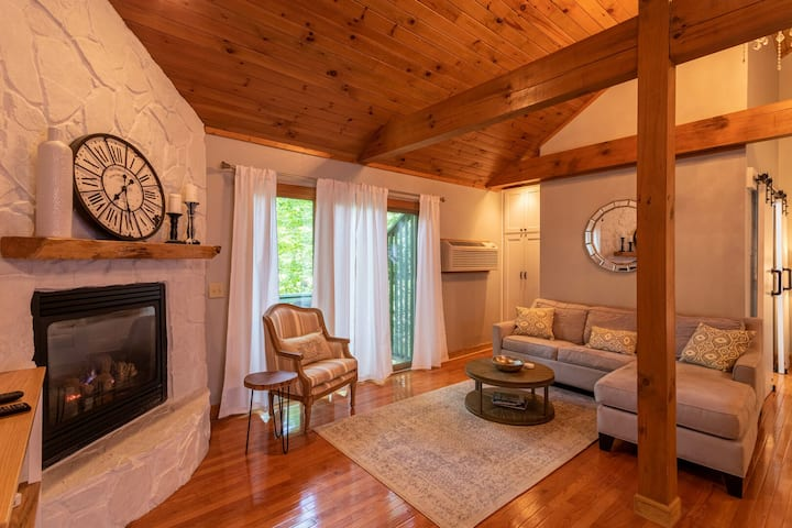 Peaceful Retreat - charming town home 15 minutes from Boone. Perfect for couples
