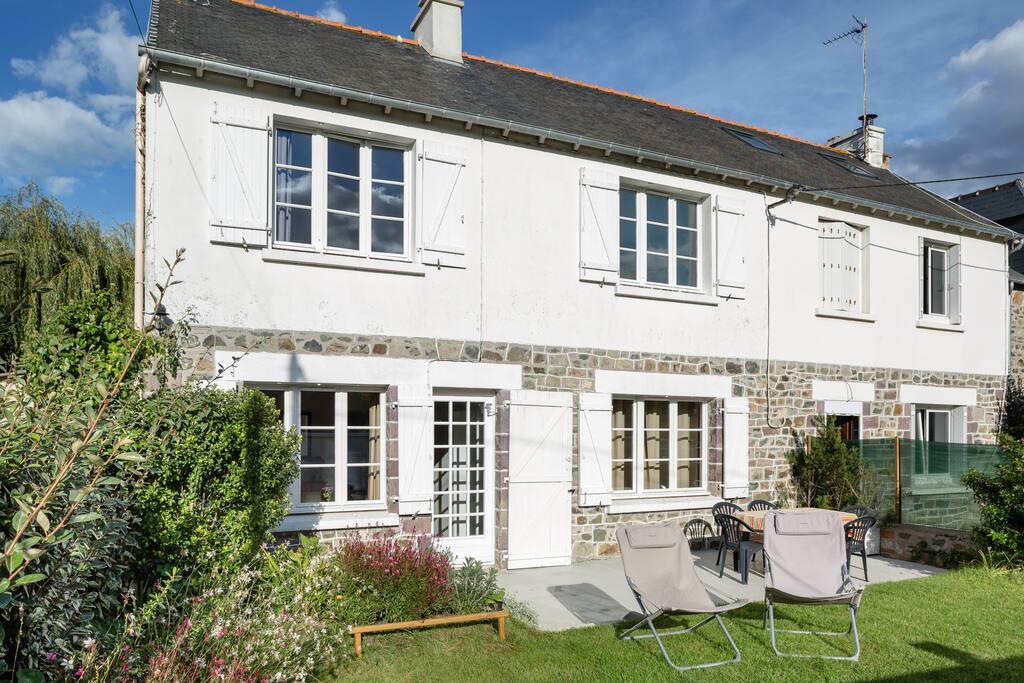 Terrasse équipée: Table et chaises de jardin, relax, parasol