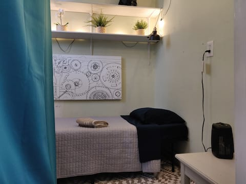 Tiny Room In Vintage House Of Backpackers & Nomads