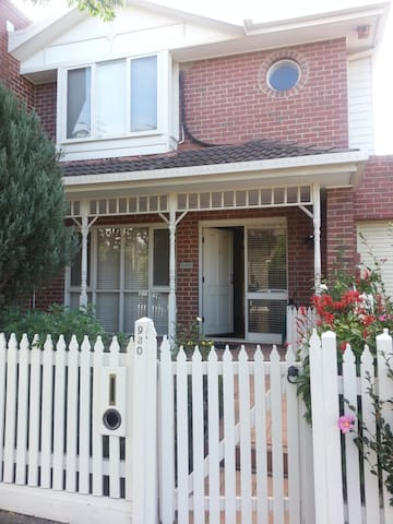 Handy to Monash Caulfield Cozy 3 Bed Townhouse