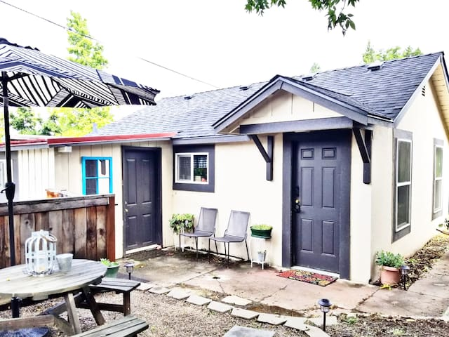 The Rogue Cottage: Private 1br Home