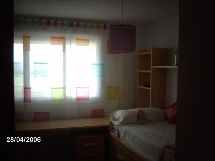Habitación con dos camas (una de ellas se saca estirando el cajón de debajo de la cama principal) Total capacidad de almacenaje. Equipada con sábanas.