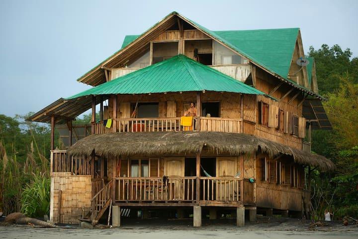 Casa Yarumo Mompiche 2do piso frente playa tranq.