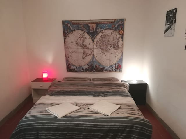 R2 artsy room in historic centre in Florence