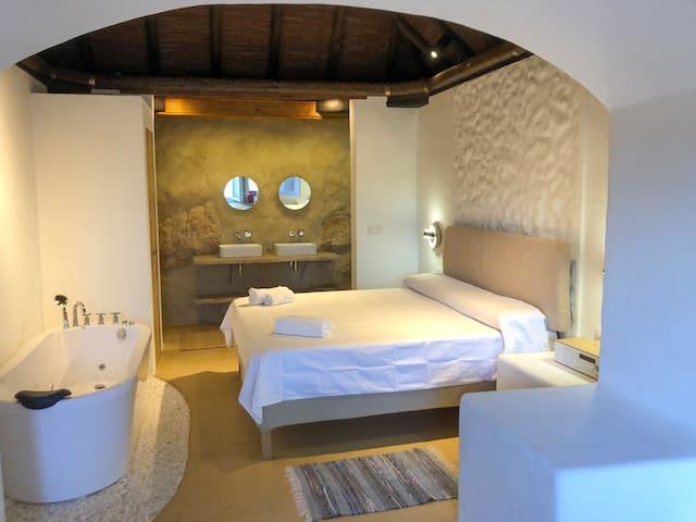 Bonita casita cueva rodeada de naranjos El Chorro