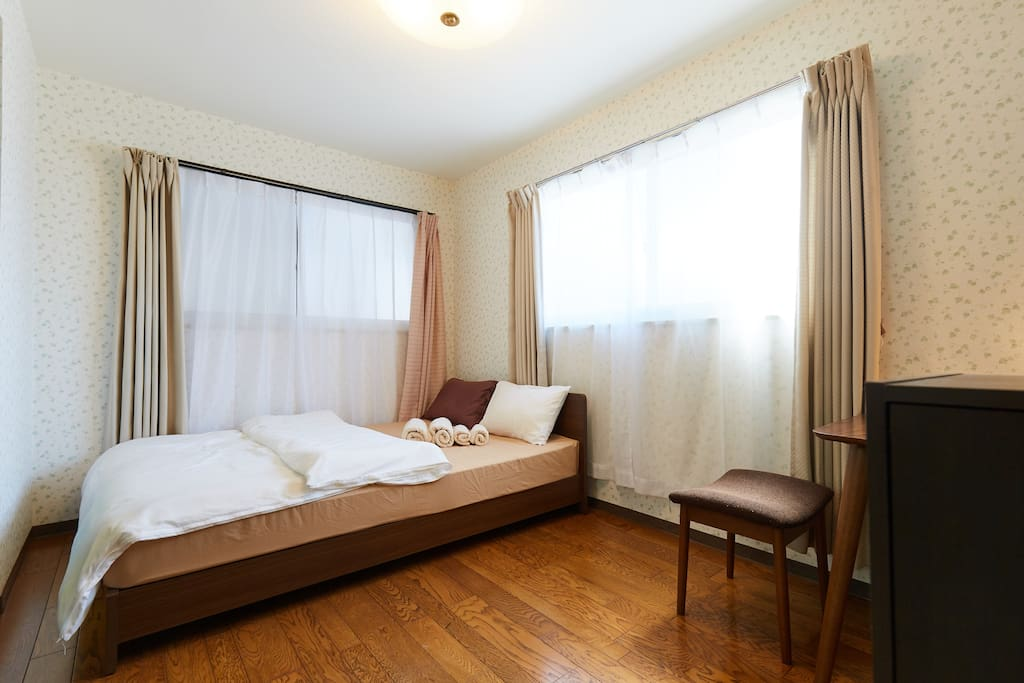 Second Bed Room with a double size bed. 副寝室ダブルサイズベッド