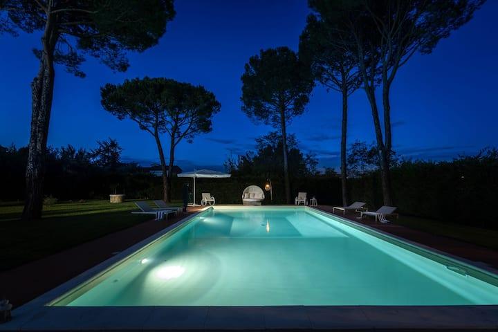 Villa a sola con piscina, idromassaggio e sauna