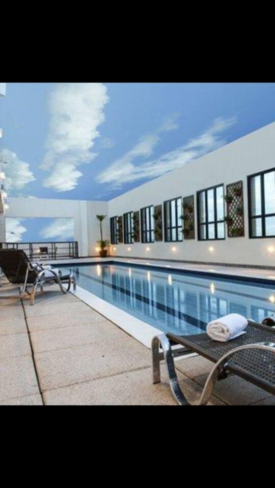 ótima piscina com linda vista na parte superior do prédio.