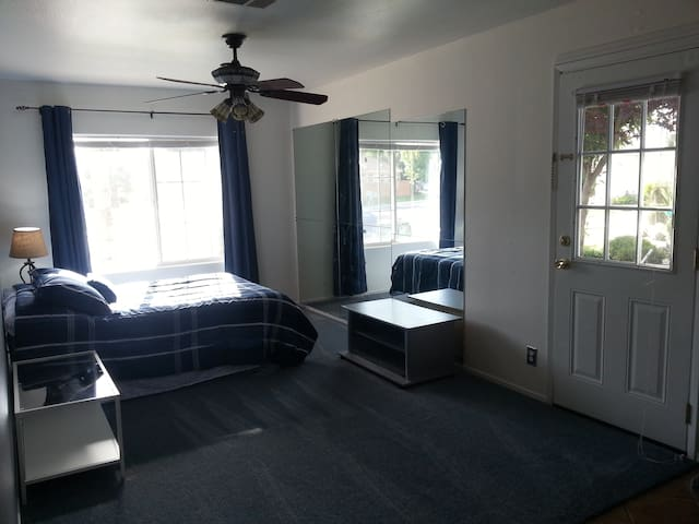 YOUR OWN PLACE  (PRIVATE Entrance to Studio ) - Bakersfield - Talo