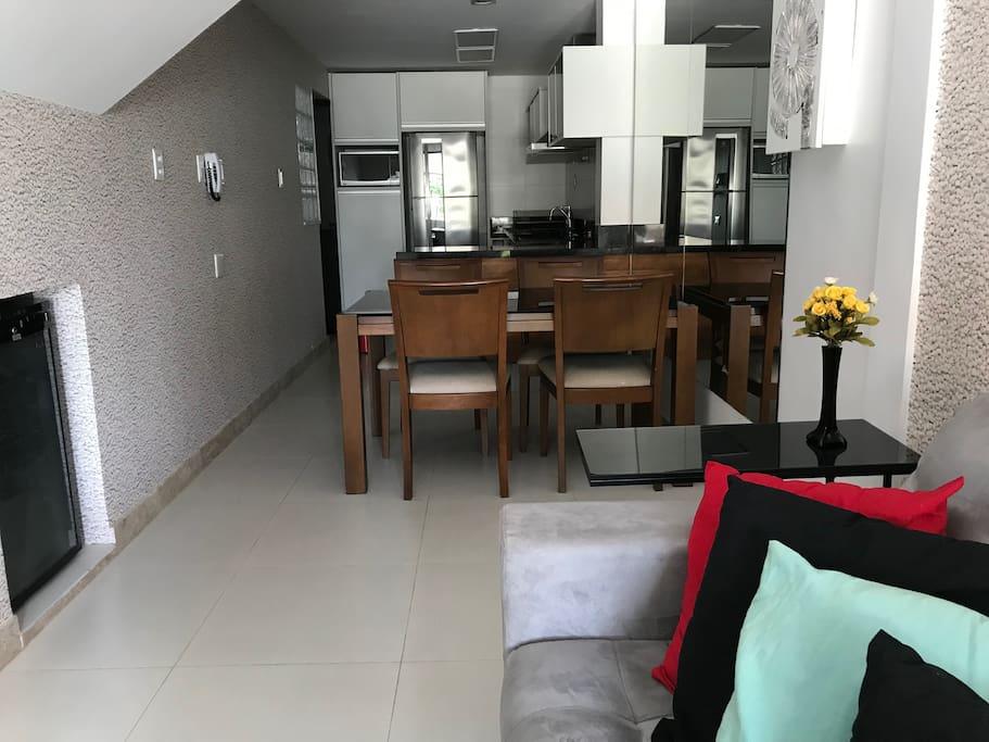 Salas Integradas com a Cozinha. Ambiente bonito, iluminado e prático! Perfeito para interagir com os amigos e familiares a todo momento!