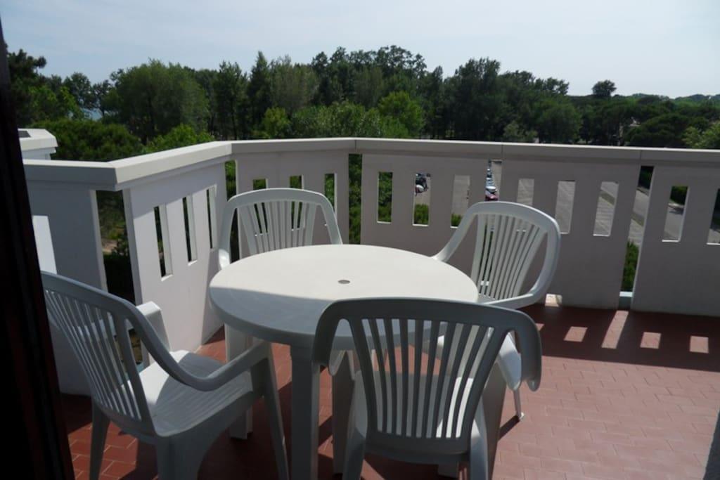 sedie-tavolo in terrazzo