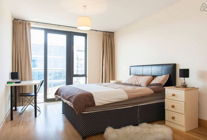 BIG Spacious room in Grand Canal Square - Dublin - Appartement