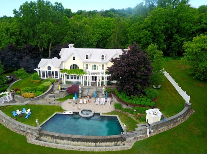 Bassinova-on-Hudson With Infinity Pool and Spa