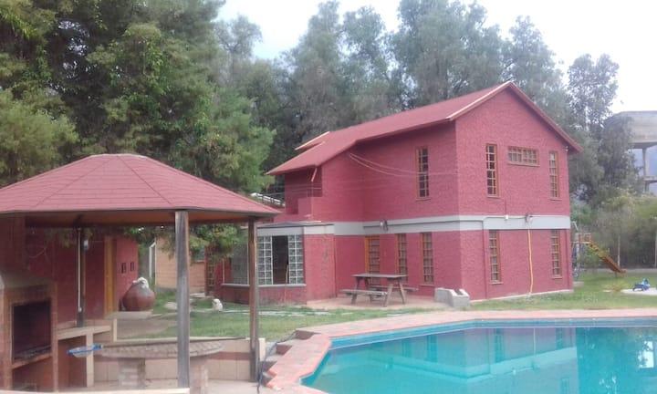 Hermosa Cabaña con piscina y sauna