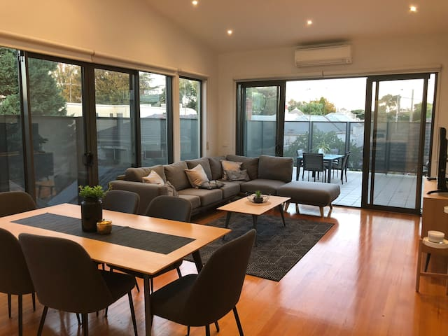 Modern spacious 3 bdrm townhouse in Port Melbourne