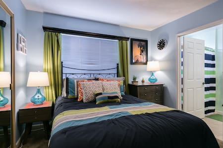 OUR HOME IS YOUR HOME! Private/Comfortable Room. - Los Angeles