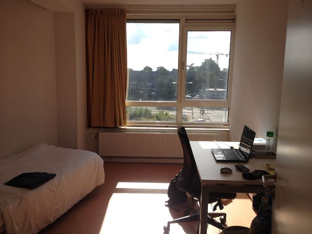 Nice room available next to the Bus Station - Wageningen - Condominium