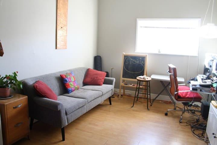 Cozy home in downtown Hamilton (espresso included)