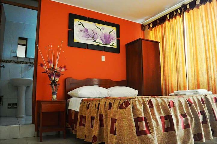 Hotel Maldonado couple room near Huacachina/busses