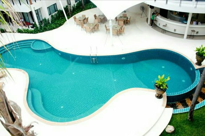 Pool View Private Apartment near Airport (D10)