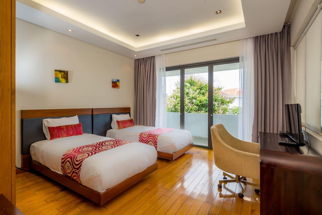 Bedroom # 1: Single Bed (2)