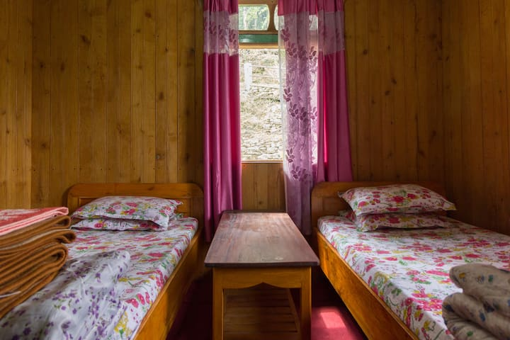 Private room with Twin bed in Tshering Home stay