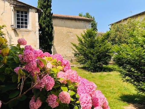 Les Hortensias, proche  Futuroscope, jardin clos