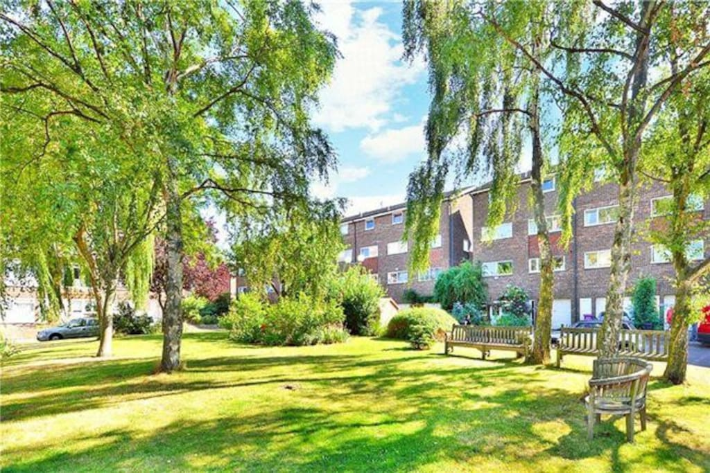 Capstan Square, private and off street, nestling by the quiet river traffic and wildlife. Parking and private gardens for residents use only. No through traffic or noise.