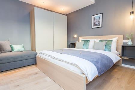 Doppelbett und Schlafsofa (ausklappbar, für 1 Person)
