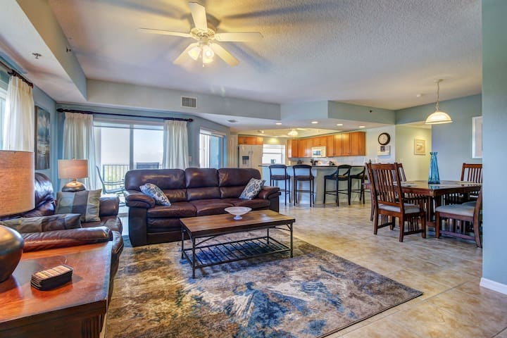 Spacious getaway w/ private balcony & shared pool/hot tub amenities!