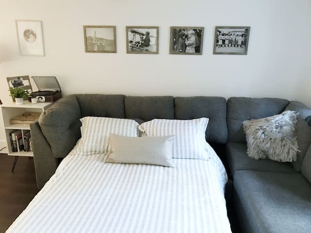 Games room (Bedroom 3): Pull out Full bed.